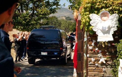 13 Jun 2005, Los Olivos, California, USA --- Michael Jackson is welcomed back to his Neverland Ranch near Los Olivos, California by Neverland staff as the pop star's motorcade returns from the Santa Barbara County Courthouse following Jackson's acquittal of all child molestation charges June 13, 2005. Jackson was found not guilty of molesting a 13 year-old boy in 2003 and was acquitted of conspiracy and alcohol charges. The jury in central California cleared the pop star of all charges after a four-month trial that could have ended in nearly 20 years prison for one of the world's best known entertainers.   --- Image by © Phil Klein/Reuters/Corbis