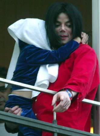 berlin-michael-jackson-in-germany-at-the-balcony-of-the-adlon-hotel-in-berlin(288)-m-1