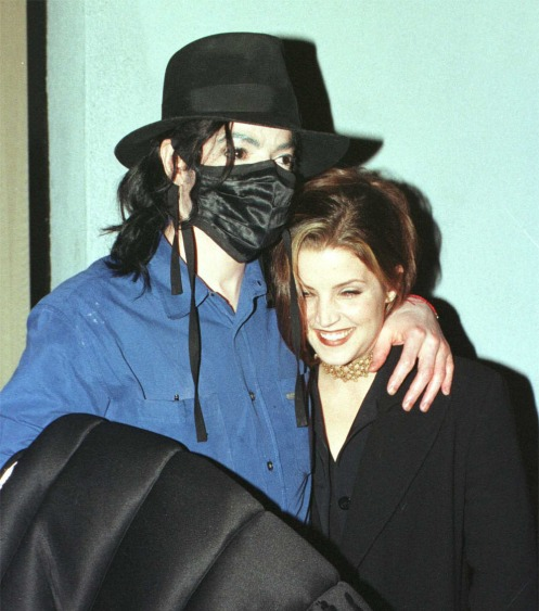 michael-and-ex-wife-lisa-marie-presley-share-an-intimate-moment-outside-of-the-ivy-restaurant-in-beverly-hills(116)-m-4